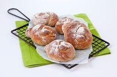 Kuka voi vastustaa tuoretta leipää? Ilahduta läheisiäsi itseleivotuilla, tuoksuvilla grahamsämpylöillä.