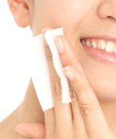 ■ベビークリーム活用法3つ (1) 化粧下地として活用  朝洗顔後に塗り、パウダリーファンデーションもしくはおしろいを塗っておしまいです。クリームなので、塗った後にティッシュオフをすると化粧崩れしにくのです。また、日差しの強い日は敏感肌用の日焼け止めと混ぜて塗り下地代わりにするワザもあります。  (2)パックとして活用 洗顔後にたっぷりのクリームの塗り、サランラップなどを上からのせ、数分置き軽くふき取ります。敏感肌の方で乾燥気味な方には、お肌への負担も少なくオススメのパック方法です。  (3)メイク直しとして活用 急いでメイクをして、アイライナーやチークなど濃く入れ過ぎた時、マスカラが皮膚についた時など、敏感な状態のお肌をむやみに擦ったり、洗顔料を使用すると、よりお肌が荒れてしまします。そんな時は、ベイビークリームを綿棒に取り、直したい個所を軽くなぞりましょう。  ファンデーションなどが崩れたり大きい部分の修正の場合には、コットンにベビークリームを取り優しくふき取ります。その後ティッシュオフしてお化粧をし直しましょう。