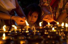 04.05 Une petite fille observe les adultes qui allument des bougies et des lampes lors du festival Purnima, en l'honneur de Bouddha, à New Delhi, en Inde.Photo: Keystone/AP/Saurabh das
