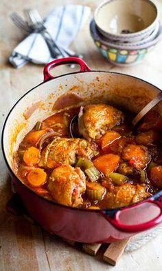 Ako želite impresionirati goste ili svoje ukućane novim receptom nek se na vašem jelovniku nađe dinstana piletina za prste polizati koja će sve oduševiti. Savršeno jelo za hladne dane.