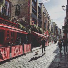 Temple bar es un barrio una calle y el Pub más famoso de Dublin. Por la mañana todo es tranquilo y hogar de la escena cultural y bohemia. Pero a las 5pm todo se transforma y es el área más vibrante de la ciudad. #axm #axmirlanda #dublin #Irlanda #ireland #templebar by alanxelmundo