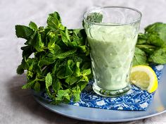 Smoothie mit Gurke und Minze_Magazin Avocado Smoothie, Superfood, Avocado Recipes, Healthy Recipes, Low Carb Smoothies, Weight Loss Smoothie Recipes, Happy Foods, Food Videos, Clean Eating