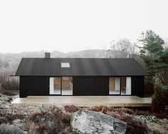 Scandinavian countries are known for their simple design, here are 19 modern Scandinavian house designs that are simple and stylish. Cottage Renovation, Home Renovation, Scandinavian House, Modern Farmhouse Exterior, Cottage Exterior, Style At Home, Home Fashion, Black House, Exterior Design