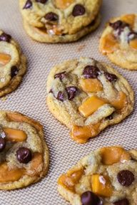 Salted Caramel Chocolate Chip Cookies - A must try! Salted Caramel Chocolate is a favorite flavor of mine these days! Caramel Chocolate Chip Cookies, Chocolate Caramels, Carmel Chocolate, Chocolate Cookies, Chocolate Chips, White Chocolate, Gooey Cookies, Cookies Soft, Salted Chocolate