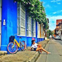 Un buen día para caminar por las calles aledañas de nuestra hermosa Cartagena de indias. Cute Poses For Pictures, Cool Pictures, Vacation Pictures, Travel Pictures, Fashion Photography Poses, Travel Photography, Beach Tumblr, Photo Editing Vsco, Outdoor Pictures