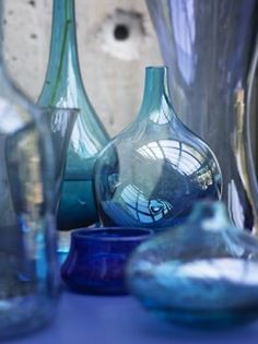 Colored glass bottles in the perfect shades of blue. Vase Transparent, Color Menta, Bleu Cobalt, Interior Design Photography, Himmelblau, Blue Bottle, Blue Aesthetic, Something Blue, Colored Glass