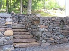 wide solid steps with field stone retaining walls Stone Landscaping, Landscaping Retaining Walls, Landscaping Ideas, Backyard Landscaping, Retaining Wall Patio, Concrete Patio, Pallet Patio, Flat Stone, Dry Stone