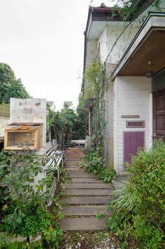 築50年の平屋を蘇生手をかけて創り出す悦び家も暮らしも自分流に | 100%LiFE House In Nature, Diy And Crafts, Home And Garden, Exterior, House Design, Architecture, Street, Room, Home Decor