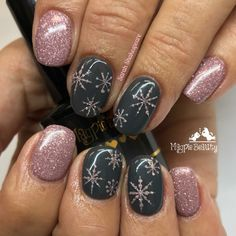 Trendy Winter Nails Art Ideas For Have A Beautiful Style In This Winter - Nail designs or nail art is a very simple concept - designs or art that is used to decorate the finger or toe nails. They are used predominately to en. Ten Nails, Xmas Nails, Holiday Nails, Christmas Nails Colors, Simple Christmas Nails, Christmas Nails 2019, Winter Nails Colors 2019, Christmas Manicure, Christmas Nail Art