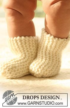 "BabyDROPS 17-8 - In Kraussrippe gestrickte DROPS Socken in ""Eskimo"". - Free pattern by DROPS Design"