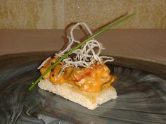 Solomillo strogonoff sobre tosta de nueces y zanahoria. Tapas, Mexican, Cake, Ethnic Recipes, Desserts, Food, Restaurants, Tailgate Desserts, Deserts