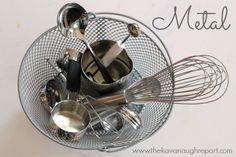 Montessori treasure baskets for babies! Some easy examples and tips for making treasure baskets on your own. Sensory Wall, Baby Sensory, Sensory Boards, Sensory Bins, Montessori Trays, Montessori Toddler, Eyfs Activities, Infant Activities, Baby Room Nursery School