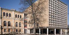"""Gottfried Wilhelm Leibniz Universität Hannover """"Audimax Building University Hanover Germany"""" von ChristianSchd Christian Schröder - Eigenes Werk. Lizenziert unter CC BY-SA 3.0 über Wikimedia Commons."""