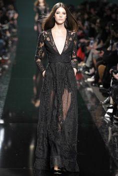 Pentru Elie Saab, femeia trebuie sa aiba garderoba compusa din rochii de zi elegante, rochii de seara cu paiete, fuste scurte cu franjuri, costume din doua piese cu pantaloni, dar