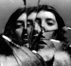 Portrait in a broken mirror - francesca woodman Mirror Photography, White Photography, Portrait Photography, Photography Ideas, Photomontage, Depersonalization Disorder, Francesca Woodman, Fotografia Social, Foto Portrait