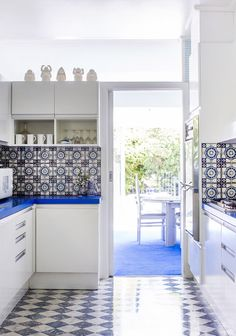 The home of Ada and Leon Kagan. Photo - Sean Fennessy, production – Lucy Feagins / The Design Files. Kitchen Interior, Kitchen Design, Kitchen Colors, Famous Interior Designers, Melbourne House, Kitchen Backsplash, Backsplash Design, Backsplash Ideas, The Design Files