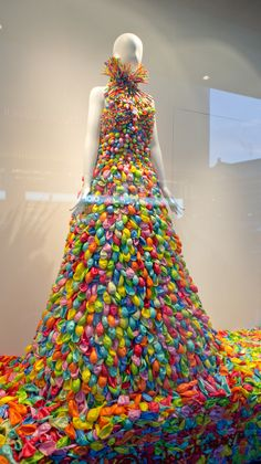 Balloon dress in the shop window of Takashimaya, Osaka – Expolore the best and the special ideas about Store window displays Bar Deco, Vitrine Design, Decoration Vitrine, Recycled Dress, Recycled Costumes, Recycled Art, Mannequin Art, Balloon Dress, Store Displays