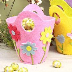 DIY felt easter basket ideas flowers chocolate eggs