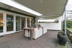 Mooie en ruime terrasoverkapping. Geen overbodige luxe in Nederland.
