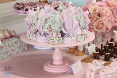 Essa festa é a prova que mesmo com poucos convidados pode-se fazer algo especial, com detalhes, mimos e uma decoração simples mas encantadora. Essa foi a comemoração do primeiro ano da Lara, uma menina linda, delicada e ao mesmo tempo muuuito sapequinha! hehehe… Usamos rosa e azul, flores, rendas, pérolas, características desse estilo encantador, o […]