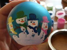 Une idée sympa pour personnaliser les boules de Noël avec l'aide des enfants  http://www.homelisty.com/17-idees-deco-simples-et-fun-a-faire-avec-vos-enfants-pour-noel/