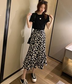 Cute black T- shirt and daisy skirt Floral Skirt Outfits, Black Skirt Outfits, Cute Modest Outfits, Black Floral Skirt, Pretty Outfits, Casual Outfits, Midi Skirt Floral, Daisy Dress Outfit, Dress Set