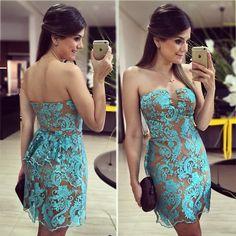 Lindo vestido em renda, tons azuis e nude