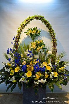 Altar Flowers, Beautiful Bouquet Of Flowers, Church Flowers, Tropical Floral Arrangements, Christmas Floral Arrangements, Funeral Flower Arrangements, Vase Arrangements, Altar Decorations, Gerbera