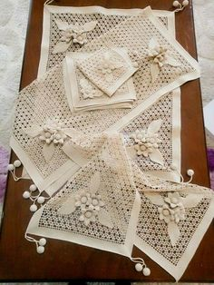 This Pin was discovered by Neş Crochet Leaf Patterns, Crochet Doily Rug, Crochet Lace Edging, Crochet Tablecloth, Doily Patterns, Filet Crochet, Crochet Butterfly, Crochet Flowers, Crochet Baby Sweaters