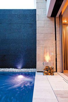La cheminée Ghost prône la discrétion, avec son verre trempé et son acier inoxydable. Elle s'adapte aux intérieurs plus compacts, tout en étant flexible, grâce à sa portabilité. Autonome jusqu'à 8 heures, elle se compose d'un réservoir de 2,5 litres. ©Ecosmart Fire