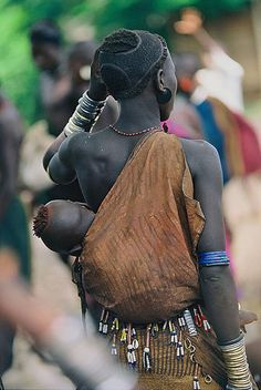 Africa | Bodi mother and child.  The hairstyle of the mother is that of the traditional Bodi Tribe.   Ethiopia