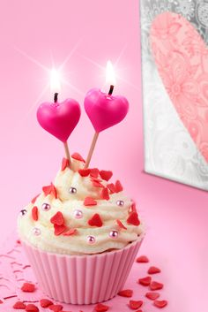 Cupcakes with hearts Take The Cake, Cup Cakes, Birthday Candles, Birthday Parties, Pista, Desserts, Hearts, Fresh, Cookies