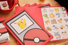 Gaaf spel voor op een Pokemon-feestje: verstop plaatjes van Pokemon, maak een soort Pokedex met daarin een bingokaart van de verstopte pokemon en laat de kinderen zoeken en afstrepen. van: www.bombshellbling.com