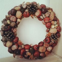 Autumn wreath made of conkers (chestnut), pinecones, acorns and nutshells. Autumn Crafts, Autumn Art, Nature Crafts, Autumn Home, Home Crafts, Christmas Wreaths, Christmas Crafts, Christmas Decorations, Conkers Craft
