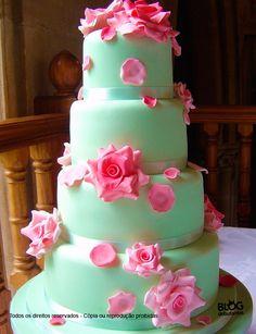Bolo verde água de 4 andares decorado com flores rosas