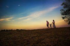 A família tá crescendo!  #family #sunset #fimdetarde #céu #sky #moon #landscape #familia #pregnant #gestante #pregnancy #gravida #ensaiodegestante #ensaiodefamilia #photographylovers #linhawink #domingo #amooquefaço by tati_itat_fotografia
