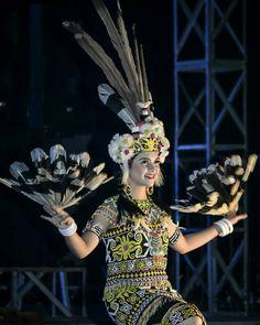 Beauty Girls Of Dayak Kenyah Tribal Tiger, Buddha Life, Myanmar Women, Indonesian Art, Circus Costume, Art Reference Poses, Borneo, Fashion History, Traditional Outfits