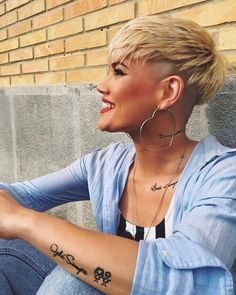 We have handpicked the Latest Short Blonde Hair Ideas for 2019 that are so inspiring and awesome. If you like blonde hair color then you will surely love Blonde Highlights Short Hair, Ash Blonde Short Hair, Blonde Hair With Roots, Blonde Balayage, Short Pixie Haircuts, Short Hair Cuts, Short Hair Styles, Razor Cut Hair, Edgy Pixie Cuts