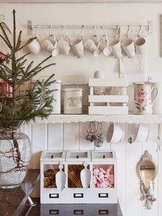 Gosto da ideia de usarpinheiros naturais para a decoração de Natal. Para dizer a verdade, gosto da ideia de vê-los plantados em vasos e co...