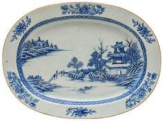 Travessa oval em porcelana Companhia das Índias decorada em azul cobalto com paisagem lacustre e borda em florões. Reinado Qianlong (1736-1795). Med. 42 x 31 cm