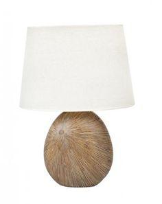 Polyresinová stolní lampa s podstavou v přírodních barvách s vyřezaným vzorem. S textilním stínítkem.  Výška: 59 cm  Žárovka 1x E27 max 60 W