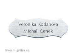 Plastová cedulka na vchodové dveře s gravírováním jména. www.mujstitek.cz