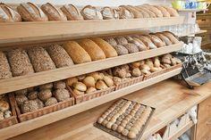 Bakkerscafé Brood op de Plank is een heerlijke positieve plek. Een biologische bakkerij waar mensen met een handicap de kans krijgen om te werken en zo toch deel te nemen aan de maatschappij. Het heerlijke brood is zowel om mee te nemen als voor de lunchroom. Daarnaast levert het Bakkerscafe speciale broden aan veel van de horecazaken in Nijmegen. Sympathieke en leuke plek!