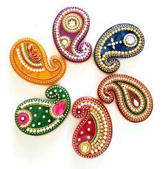 This is a beautiful haldi kumkum dhani. Comes in varies colors. Thali Decoration Ideas, Diy Diwali Decorations, Diwali Diy, Diwali Craft, Clear Acrylic Sheet, Acrylic Rangoli, Rangoli Designs Diwali, Flower Rangoli, Hand Embroidery Designs