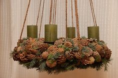 Adventskranz aus Tannenzapfen Independence Day, Happy Holidays, Christmas Wreaths, Thanksgiving, Easter, Halloween, Holiday Decor, Pine Cones, Crown Cake