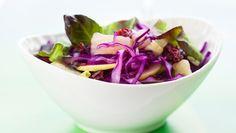 Rodekool-appelsalade met amandelen, rozijnen en granaatappeldressing - recept   24Kitchen