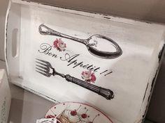 Stencil-mania (pág. 2689) | Hacer bricolaje es facilisimo.com Decoupage Vintage, Vintage Diy, Painted Trays, Wood Tray, Chalk Paint, Wood Signs, Wood Crafts, Stencils, Tea Cups