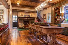 Belles et grandes cuisine & salle à manger aménagées dans un style rustique