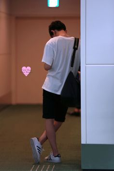 Chanyeol - 150704 Tokyo Airport, arrival from GimpoCredit: TwinBear miniBeagle. Korean Boys Ulzzang, Ulzzang Boy, Jung So Min, Park Chanyeol Exo, Baekhyun, Parejas Goals Tumblr, Boy Photography Poses, Boy Pictures, Hanbin