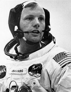 Neil Alden Armstrong (Wapakoneta, 05/08/30 - Cincinnati, 25/08/12) foi um astronauta dos Estados Unidos, piloto de testes e aviador naval que escreveu seu nome na história do século XX e da humanidade ao ser o primeiro homem a pisar na Lua, como comandante da missão Apollo 11, em 20 de julho de 1969.  Antes de se tornar astronauta, Armstrong serviu na Marinha dos Estados Unidos combatendo na Guerra da Coreia como piloto de caça.
